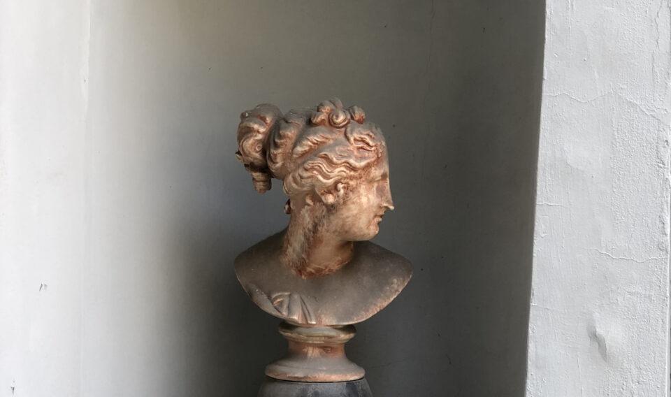 C'è arte in ogni dettaglio. La foto raffigura una testa di donna greca in marmo rosa